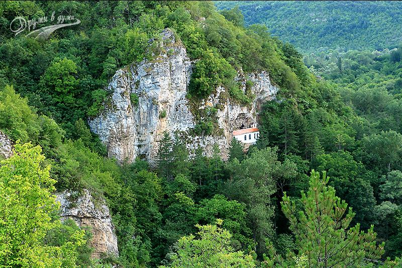 """Църквата """"Въведение Богородично"""", залепена в скалите"""