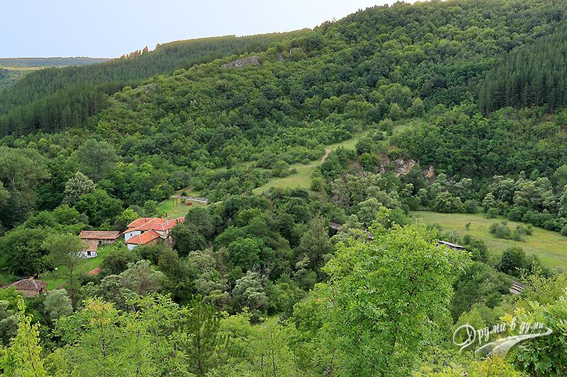 Поглед към сградите на манастира и спирка Разбоище