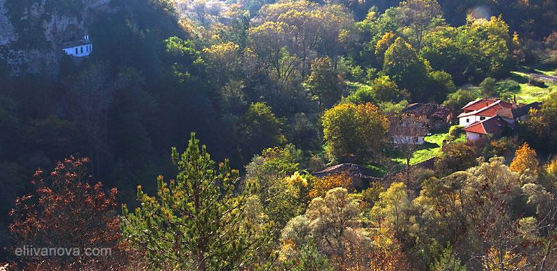 """Панорамен поглед към Разбоишки манастир и църквата """"Въведение Богородично"""""""