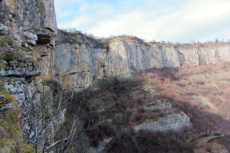 отвесните скали в района