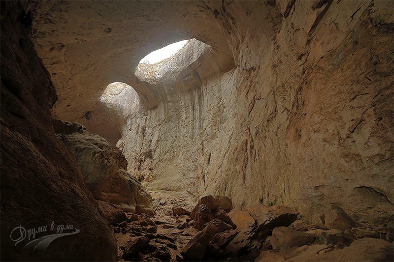 Пещера Проходна, Очите на Бога
