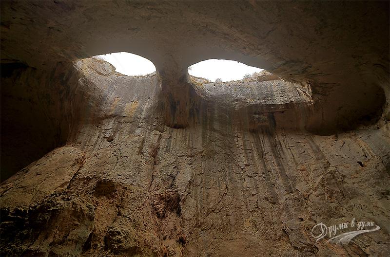 Пещера Проходна, Божиите очи
