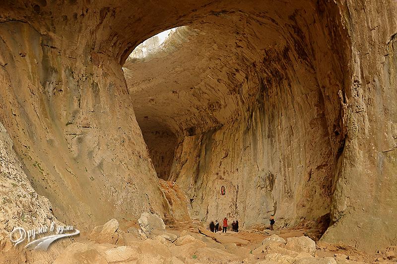 Пещера Проходна и част от скалните образувания