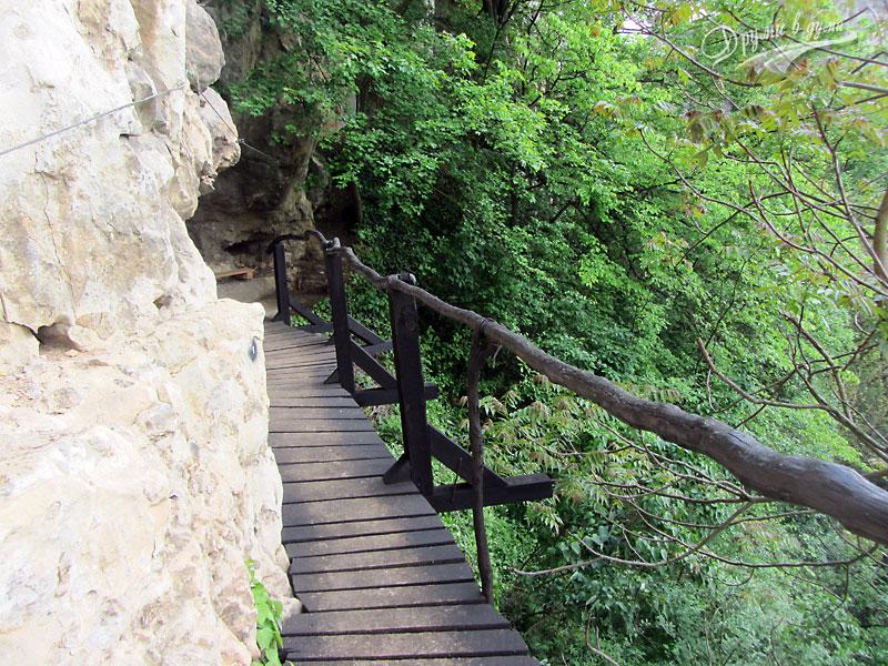 Пътечката към манастир Света Марина - мостчето точно преди манастира