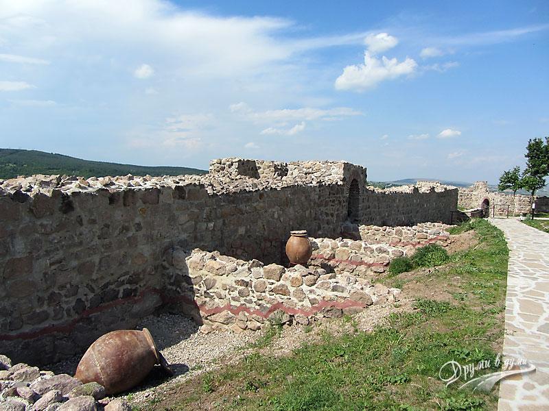 Крепост Перистера в Пещера - червената линия отделяща стария от новия градеж