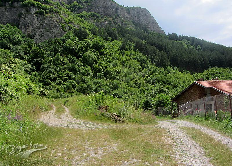 Добравица - вдясно е черният път от Брезе, а вляво - пътят към водопада