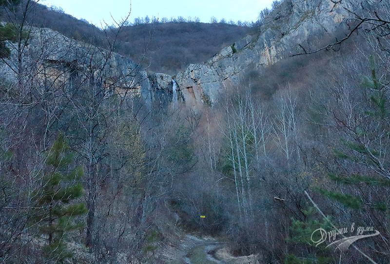 Малката пътечка вляво е финалната права до водопада