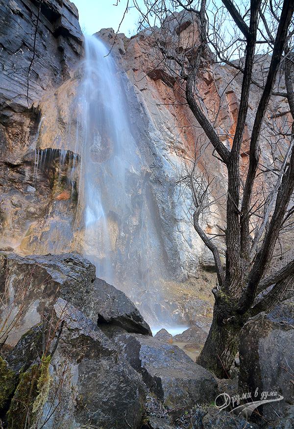В подножието на водопада