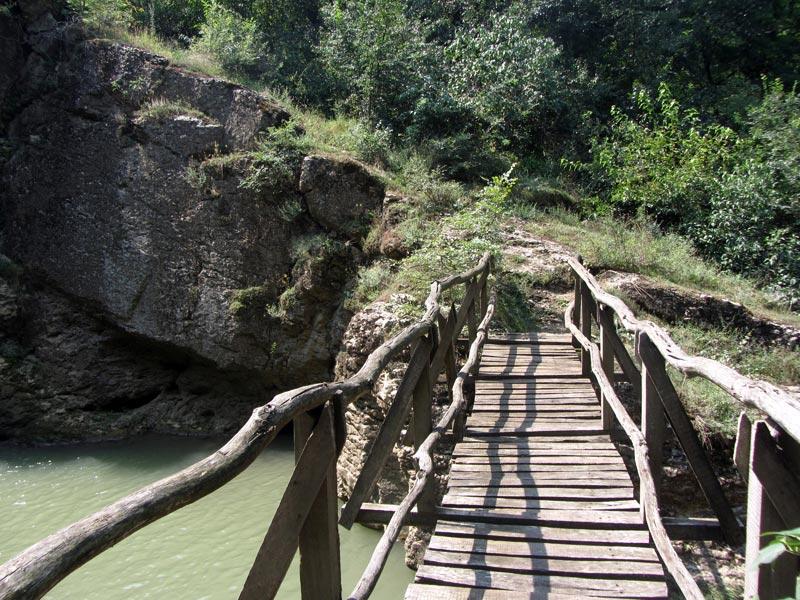 Мостчето срещу водопада