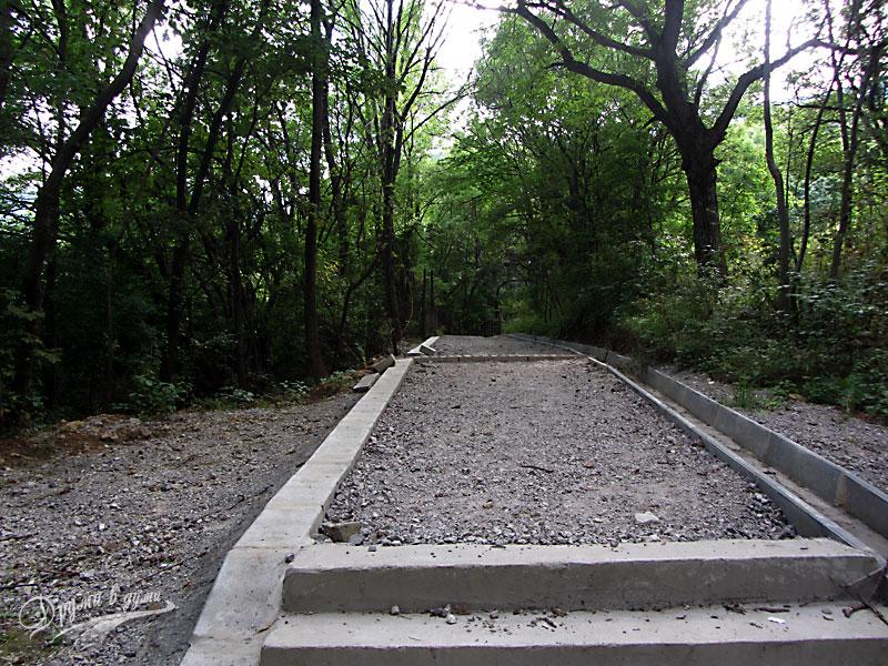 Начало на пътеката до Алековите водопади