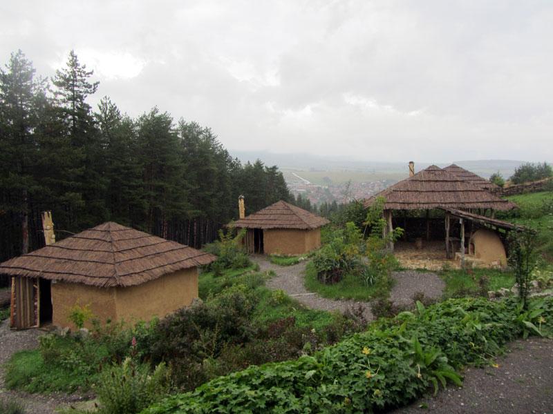 """Археологически парк """"Тополница"""" - неолитни къщички"""