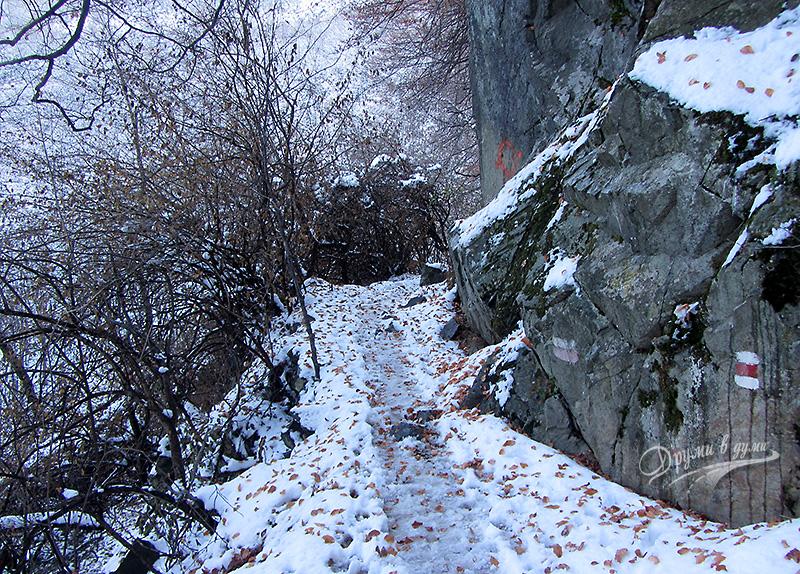 По пътеката малко преди водопада