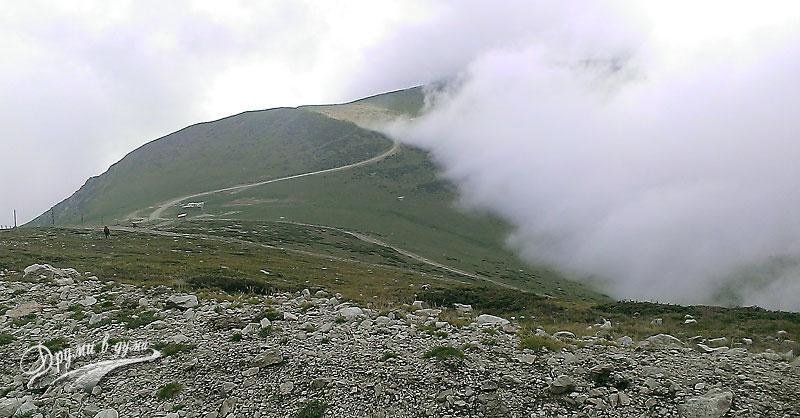 На слизане от връх Ботев: заслон Маринка в далечината и пак тази мъгла