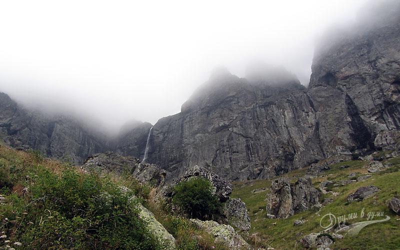 Водопад Райско пръскало под похлупак от мъгла