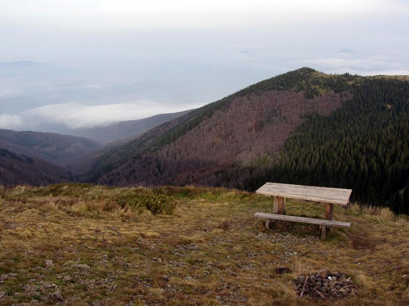 По пътеката за връх Ком -  пейката и масичката в края на етап 2