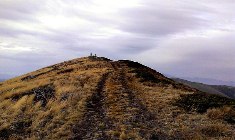 По пътеката за връх Ком - върхът се вижда и вече е съвсем близо