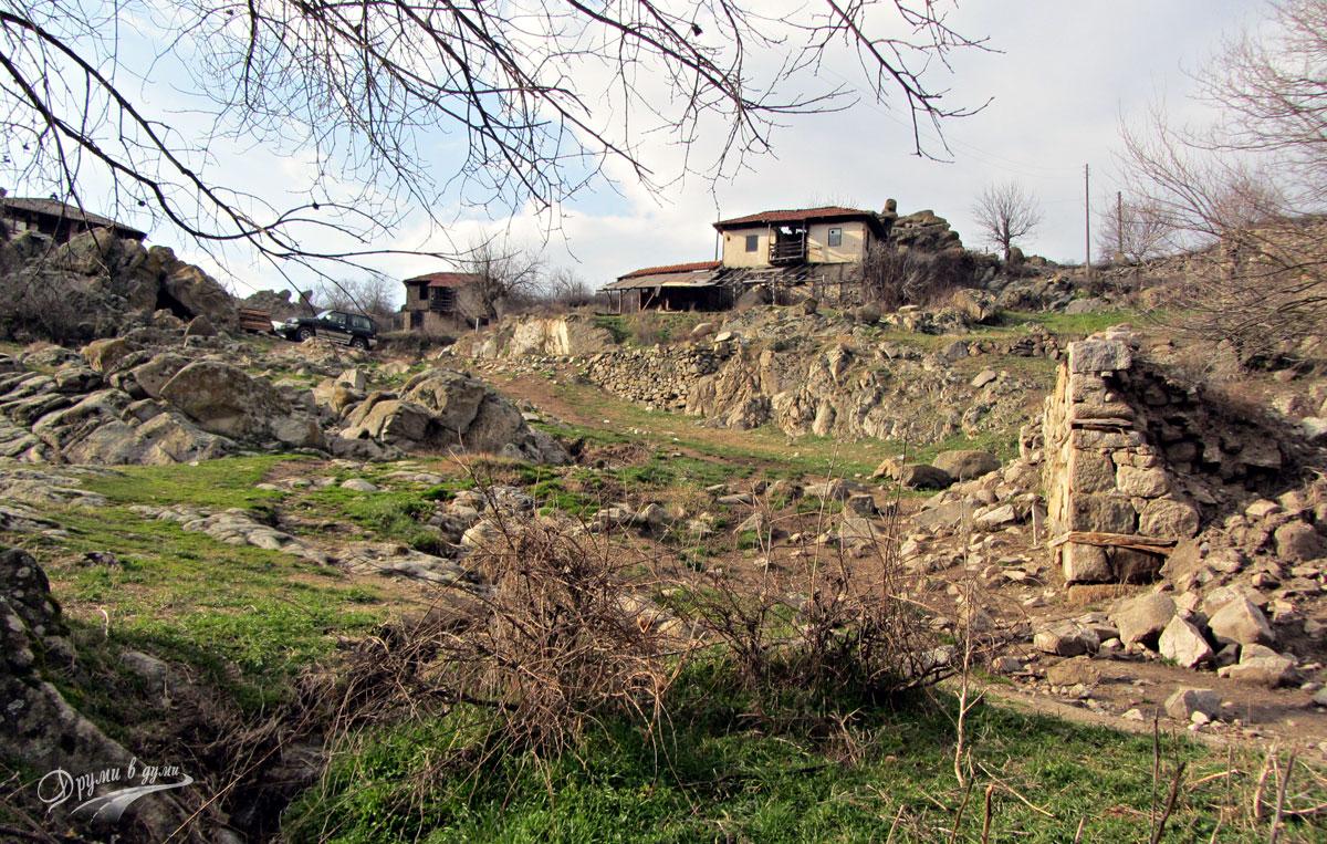 Село Влахи - стари къщи по пътеката към водопада