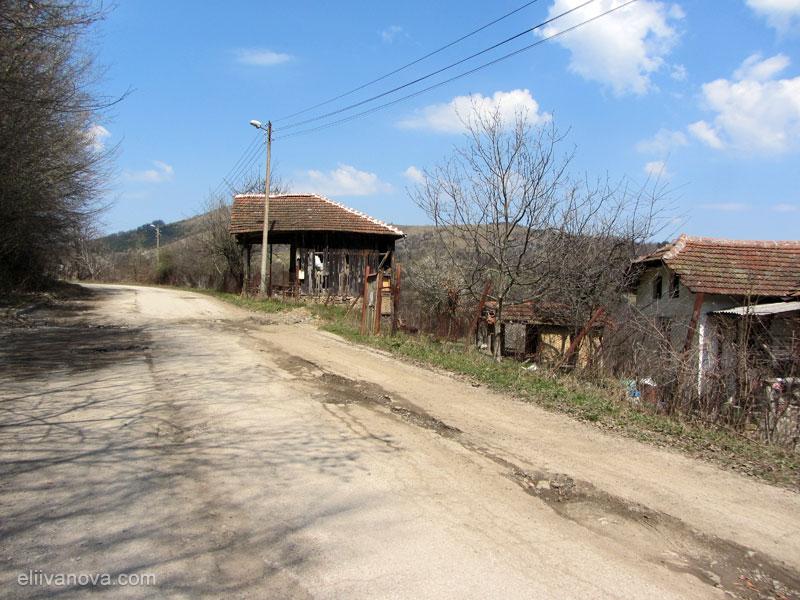 Старата постройка, гледана от пътеката към водопада