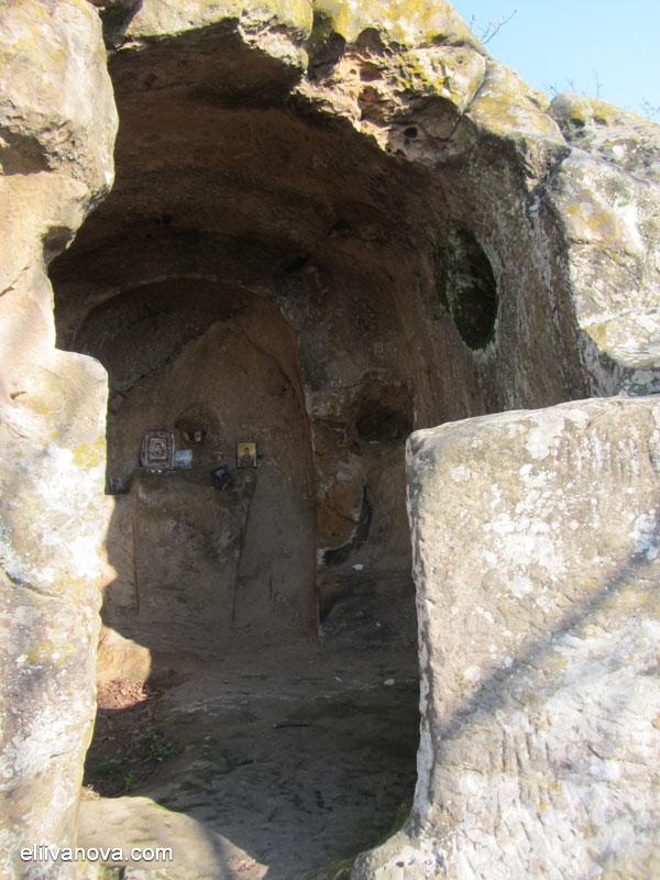 Крепост Боженишки урвич - скалният параклис