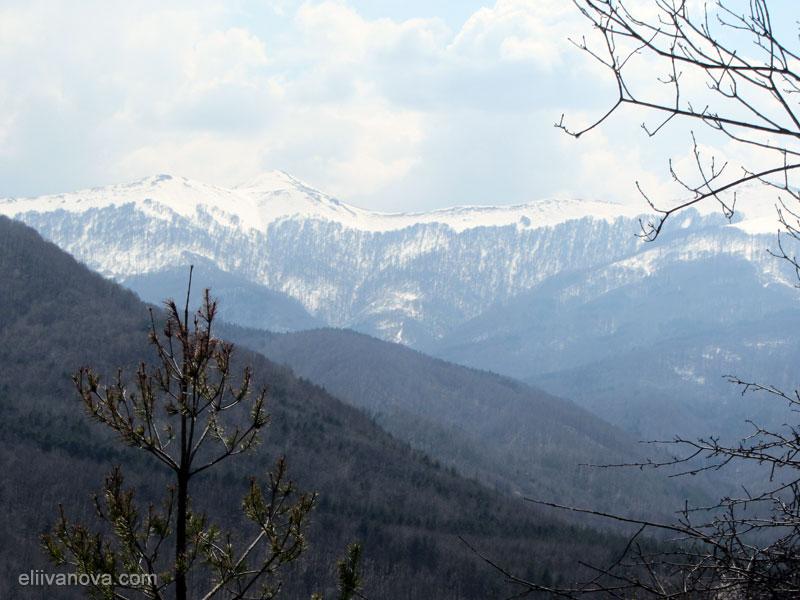 Гледка от водопада към върховете на Етрополския балкан