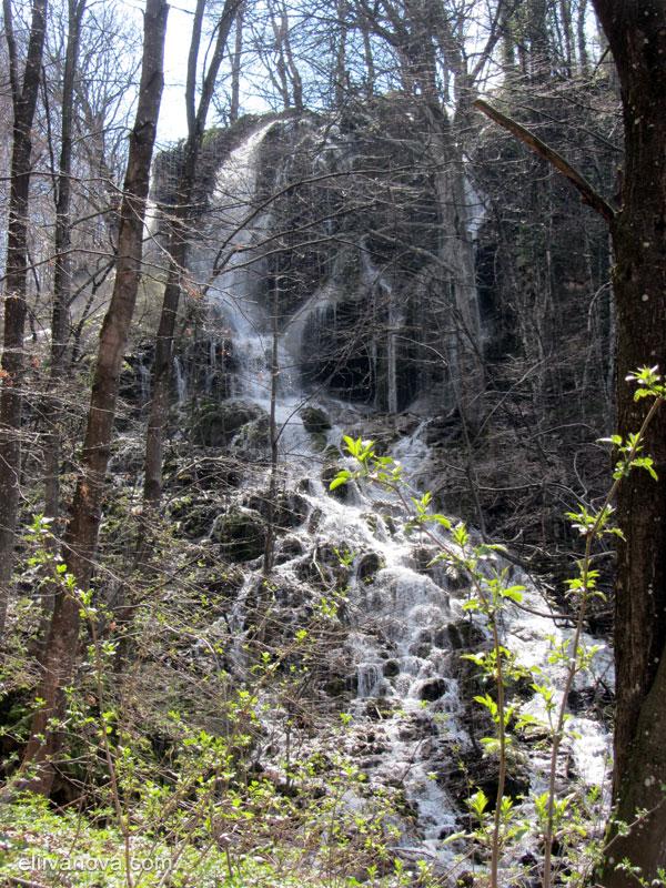 Водопад Варовитец и водите му надолу по склона