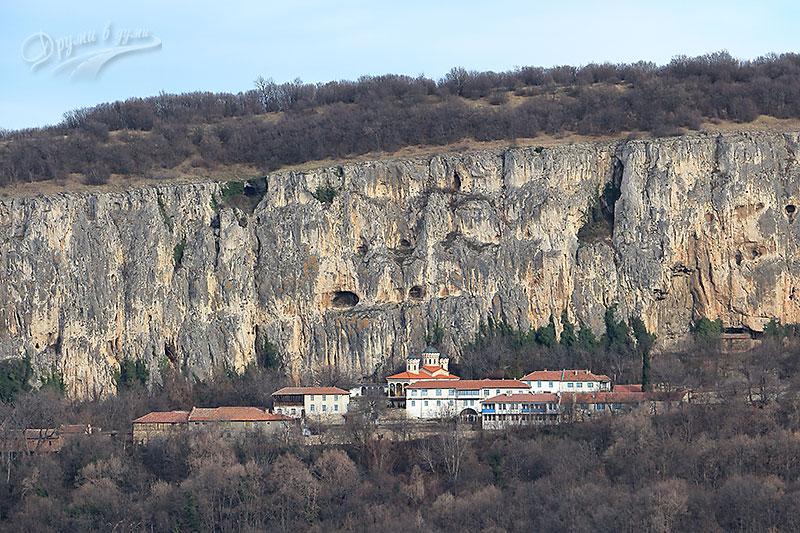 Гледка към манастирa Света Троица