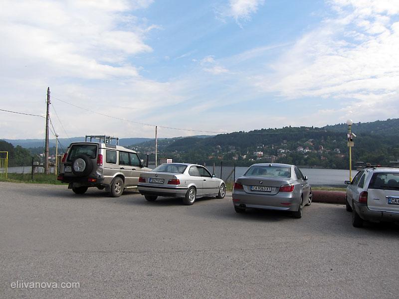 Паркингът до стената на Панчаревското езеро
