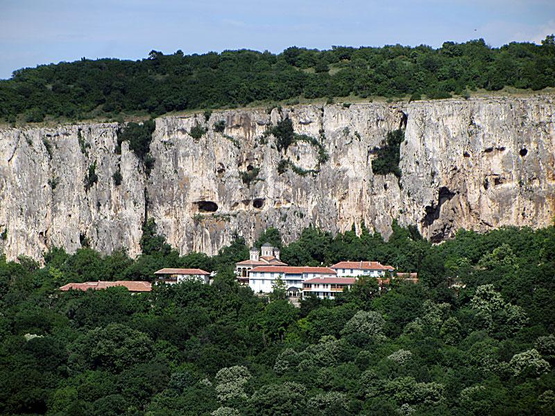 Гледка към Арбанашкото плато и манастирът Света Троица