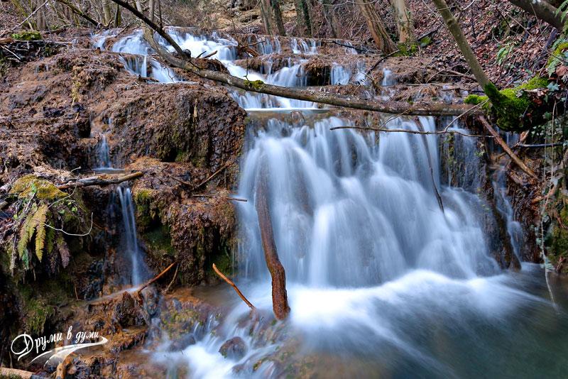 Водопад в началната част на пътеката