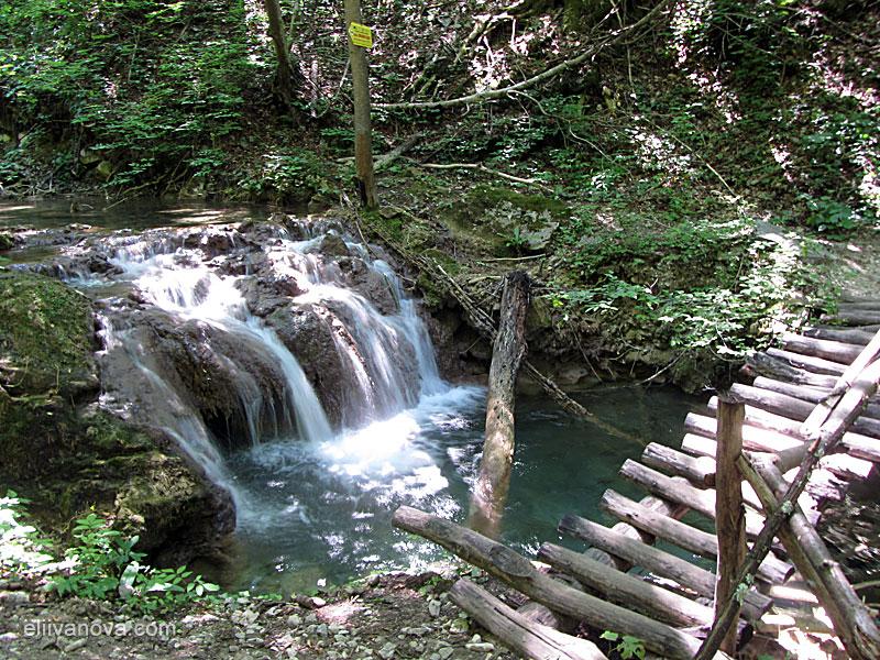 Водоскок и мостче по пътеката