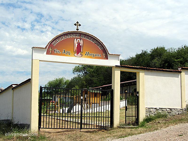 Входът на Шияковския манастир