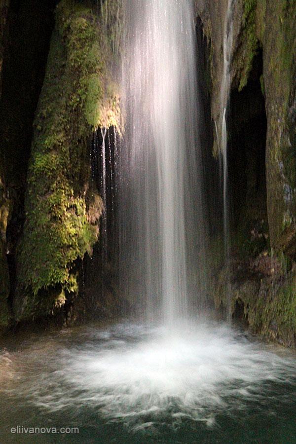 Водопади по пътеката - подножието на най-високия