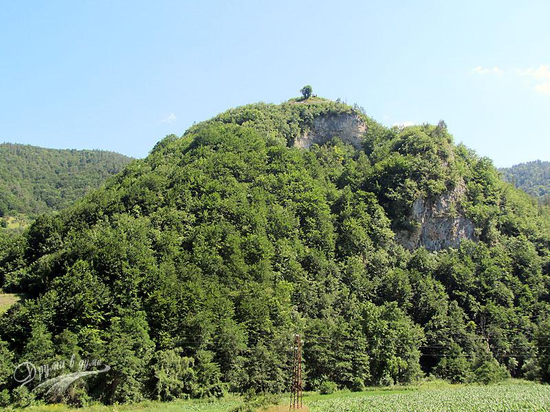 Поглед към хълма и крепостта от шосето