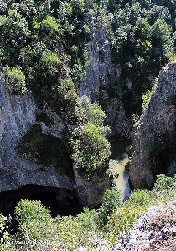 Гледки по пътеката - поглед към каньона от високо