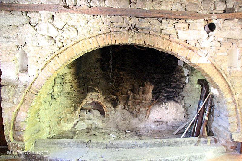 Огнището в трапезарията на Плаковския манастир