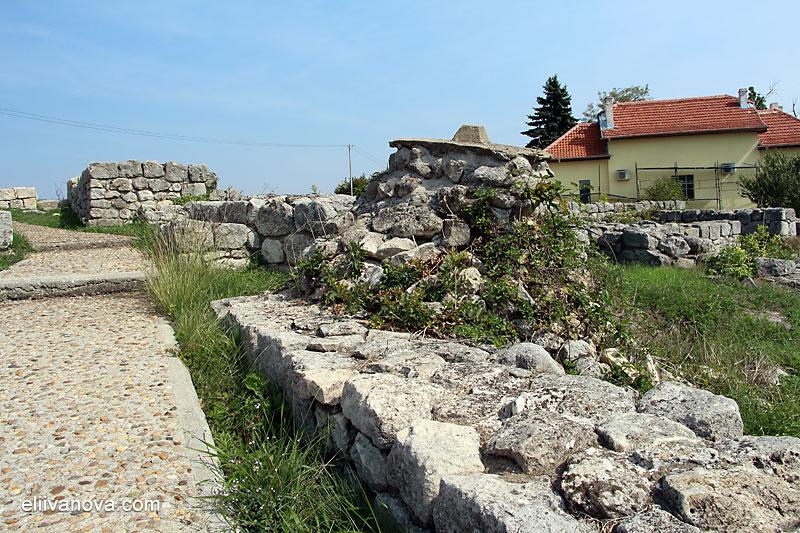 Каменният знак за нивото на терена преди разкопките