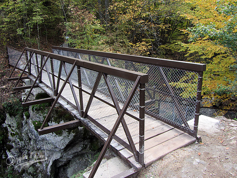 Мостът над големия водопад
