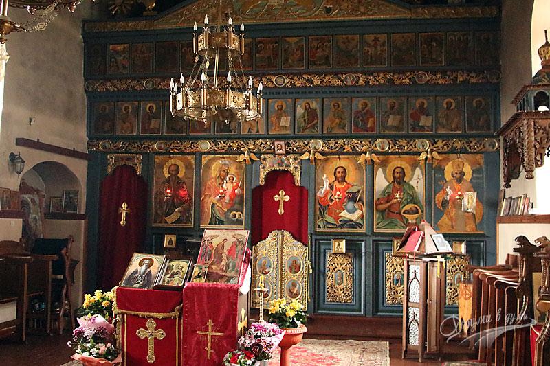 Иконостасът в манастирския храм