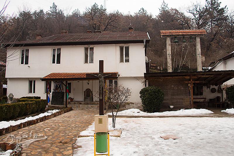 Курилски манастир - дворът
