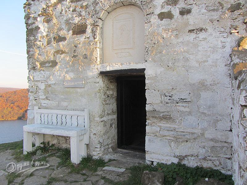 Входът на параклиса Св. Йоан Летни