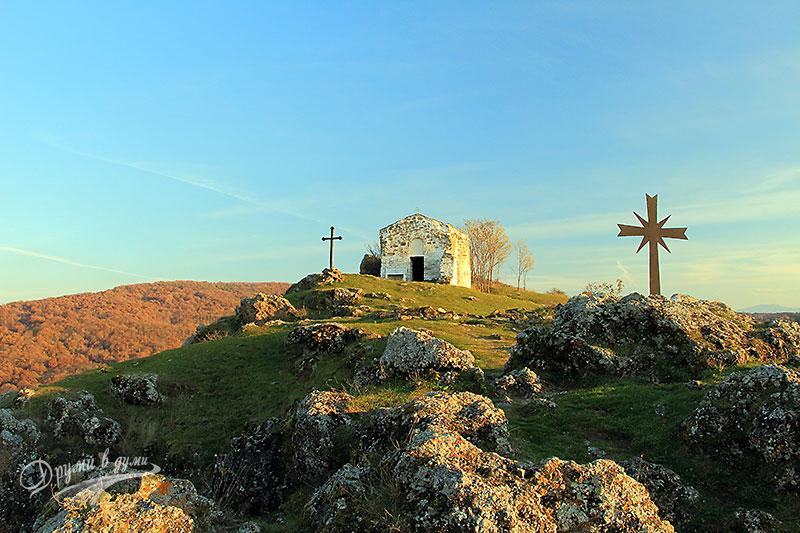 Параклисът Свети Йоан Летни над язовир Пчелина
