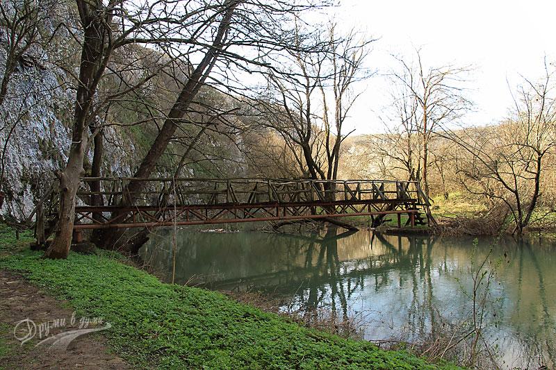 Едно от мостчетата над реката