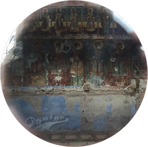Стенописите вътре в храма (през прозореца)