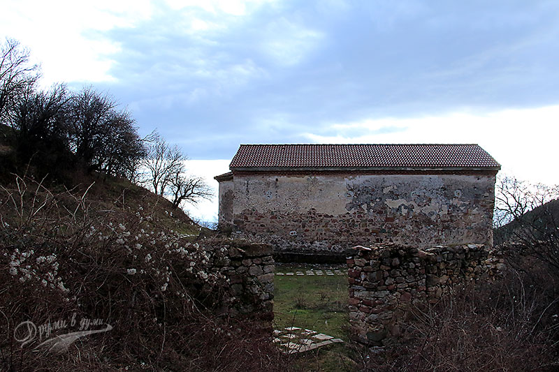 Поглед от задната страна, където е запазена част от каменната ограда