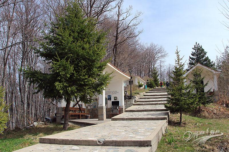 Кръстова гора - хълмът зад храма и параклисите