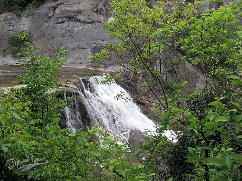 Поглед към водопада
