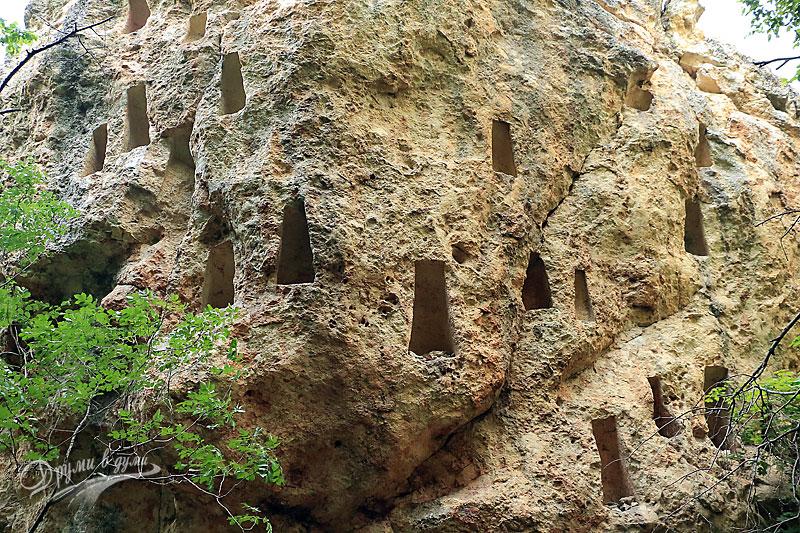 Глухите камъни - многобройни изсечени ниши в скалите