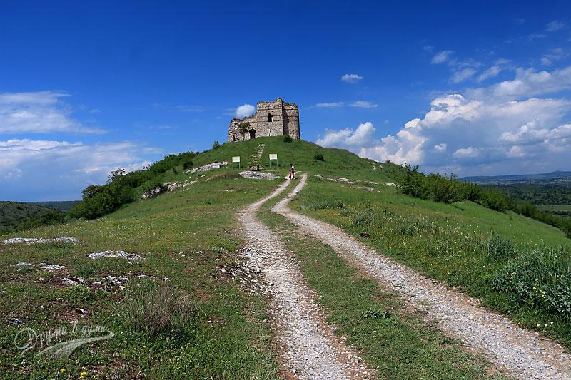 Крепостта Букелон и пътеката към нея