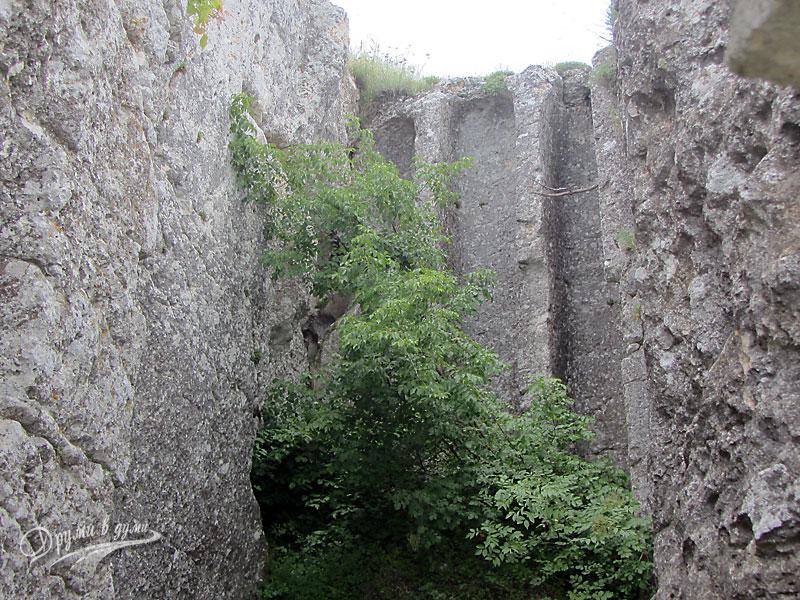 Колоните над входа на скалната църква