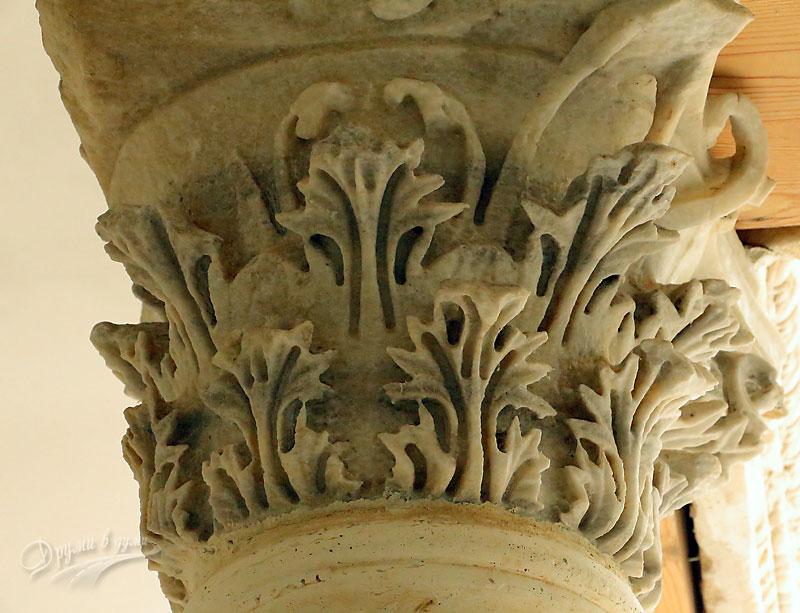 Декорацията на колоните около басехна